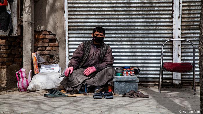 بسیاری از مردم این کشور به خاطر گسترش بیکاری و فقر، نمی توانند خود را قرنطین کنند، چراکه کارگران روزمزدی هستند که باید برای امرار معاش کار کنند.