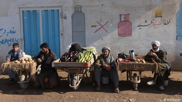 به خاطر پاندمی ویروس کرونا هزاران نفر در افغانستان نیز مثل دیگر کشورهای دنیا کارهای شان را از دست داده اند. فقر بیشتر شده و مردم بیشتر غم نان دارند تا غم جان.