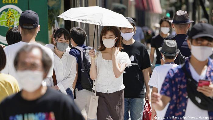 Japonia polega na maseczkach i śledzeniu klastrów zakażeń