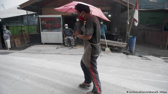 Indonesien | Ausbruch des Vulkans Sinabung (picture-alliance/abaca/S. Aditya)