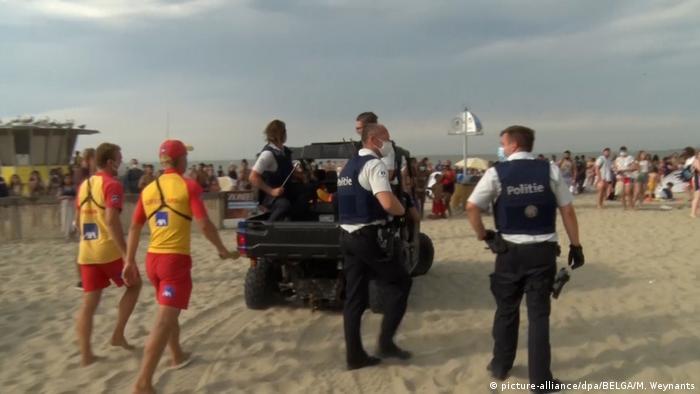 Salva-vidas e policiais na praia de Blankenberge no último sábado