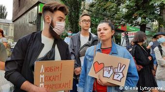 Акция солидарности украинских активистов с участниками протестов в Минске