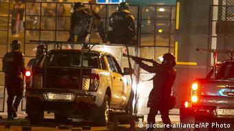 Столкновение силовиков с протестующими в Минске в ночь на 11 августа