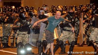 Силовики проводят задержание одного из участников протестов в Минске, 9 августа 2020 года