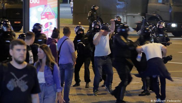 Милиция избивает протестующих в Минске вечером 10 августа