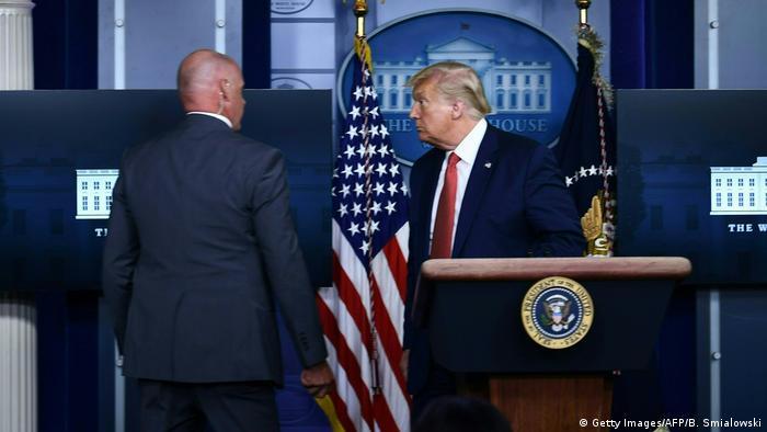 Президент США Дональд Трамп покидает только что начавшийся брифинг по коронавирусу из-за предупреждения о стрелке вблизи Белого дома