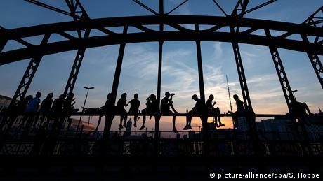 Uz društvo i poneko piće mnogo je lakše tokom velikih vrućina koje vladaju posljednjih dana u Njemačkoj. Ovi mladi ljudi druže se tokom zalaska sunca na mostu Hakerbrike u Minhenu.