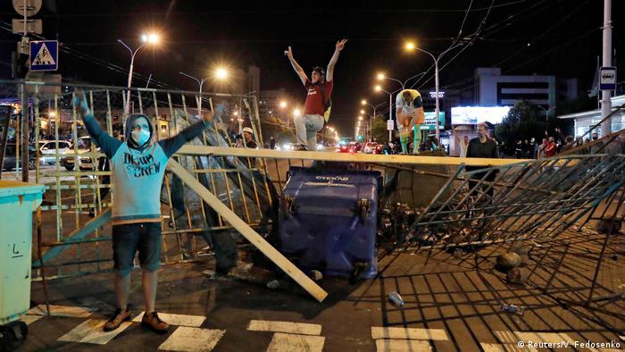 Selbstbewusste Demonstranten in der vergangenen Nacht in Belarus' Hauptstadt Minsk (Foto: Reuters/V. Fedosenko)