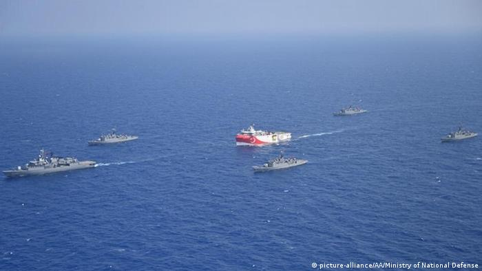 Turkey's Oruc Reis ship escored by Navy vessels (picture-alliance/AA/Ministry of National Defense)
