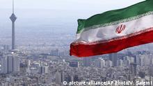 Iran Nationalflagge über Teheran