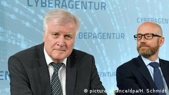 Хорст Зеехофер (слева) с представителем министерства обороны на церемонии учреждения киберагентства