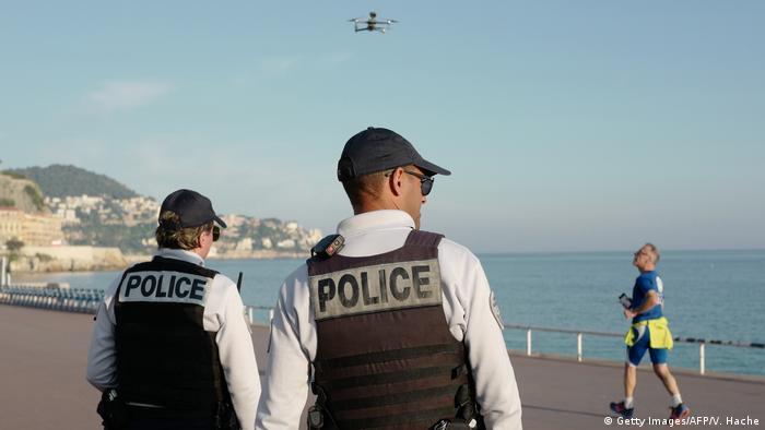 پلس فرانسه بر رعایت محدودیتهای ناشی از پاندمی کرونا نظارت دارند