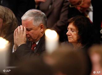 Lech Kaczynski und seine Ehefrau Maria beim Gebet (Archivfoto: AP)