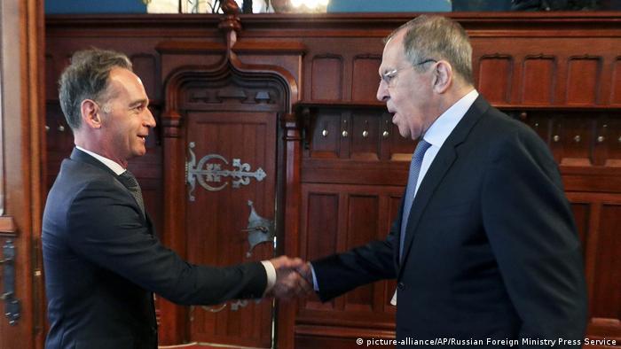 Außenminister Maas beim Händeschütteln mit Außenminister Sergei Lawrow