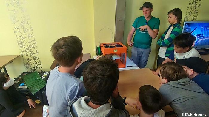 Kids listening to a trainer at the DroneMasters Junior Academy in Berlin