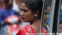 A sex worker watches the celebrations of Raksha Bandhan festival in Mumbai, India on 16 August 2019, organized by the NGO Social Activities Integration (SAI) in a red light area. (Photo by Himanshu Bhatt/NurPhoto) | Keine Weitergabe an Wiederverkäufer.
