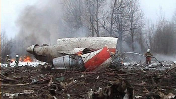 Bombeiros fazem rescaldo das chamas em meio aos destroços do avião