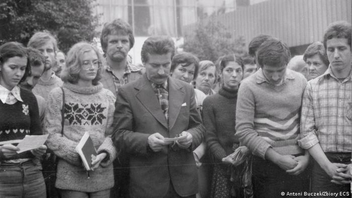 Msza podczas strajku w Stoczni Gdańskiej: od lewej Ewa Ossowska, Magdalena Modzelewska, Lech Wałęsa, Bożena Rybicka
