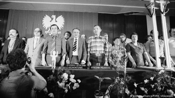 """15.02.1981: Na terenie stoczni realizowany jest film """"Człowiek z żelaza"""" Andrzeja Wajdy . Henryka Krzywonos (pierwsza po prawej) i Anna Walentynowicz"""