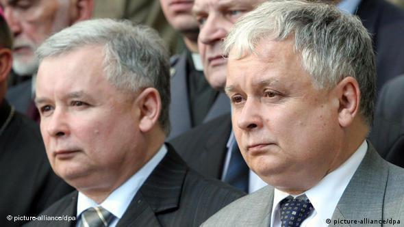 Die Brüder Lech Kaczynski, rechts, und Jaroslaw Kaczynski, links (Archivfoto: dpa)