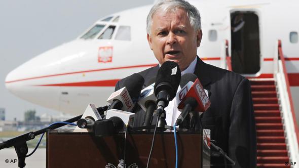 Der polnische Präsident Lech Kaczynski vor einem Flugzeug (Archivfoto: AP)