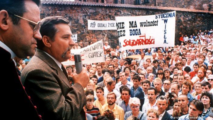 Lech Walesa fala aos trabalhadores do Estaleiro Lenin em Gdansk, em agosto de 1980