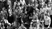 Das Archivbild vom 30.08.1980 zeigt Arbeiter, die nach der Unterzeichnung des Abkommens mit der Regierung den Streikführer Lech Walesa auf ihren Schultern zur Lenin-Werft in Danzig tragen. Die Streikwelle in Polen wurde am 31.08.1980 durch die Unterzeichnung des Abkommens zwischen dem Streikkomitee in Stettin und der dort verhandelnden Regierungskommission beendet. Es enthält die Garantie des Streikrechts, die Gründung einer unabhängigen Gewerkschaft, soziale Verbesserungen und die Freilassung politischer Häftlinge. Der Streik der Werftarbeiter auf der Danziger Leninwerft führte vor 20 Jahren, im August 1980, mit der Gründung von Solidarnosc zur ersten unabhängigen Gewerkschaft im kommunistischen Machtbereich. dpa (nur s/w; zu dpa-Themenpaket Solidarnosc am 10.08.2000) |