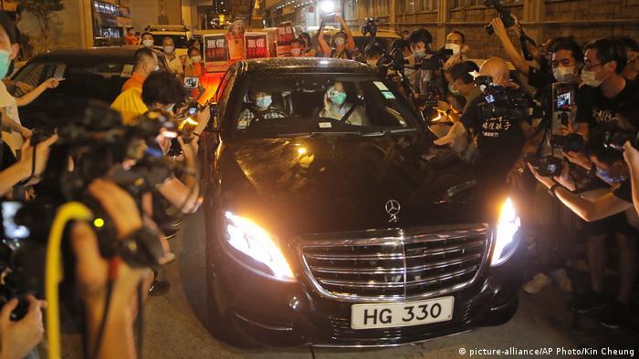 Оппозиционер Джимми Лай в Мерседесе покидает отделение полиции в Гонконге