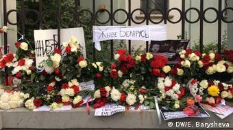 Цветы у посольства Республики Беларусь в Москве