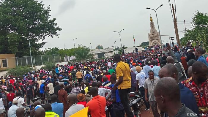 Demonstranten auf einer Straße in Bamako