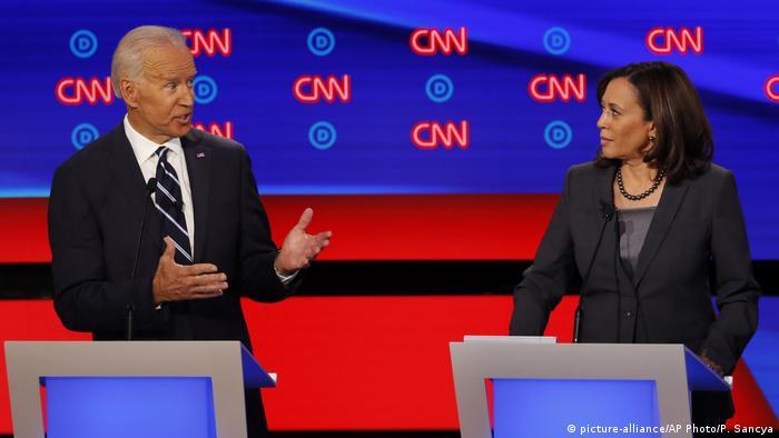Biden und Harris vor CNN-Logos (picture-alliance/AP Photo/P. Sancya)