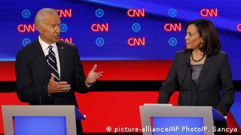 Джо Байден и Камала Харрис во время первых телевизионных дебатов