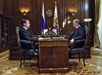 Медведев и Путин обсудили катастрофу под Смоленском