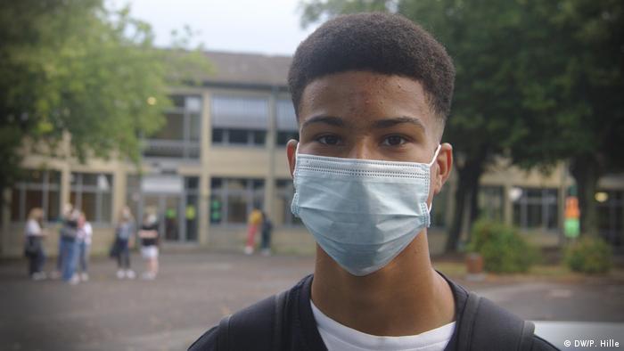 Christopher Niiaddysai din Bonn nu e deloc încântat că trebuie să poarte mască
