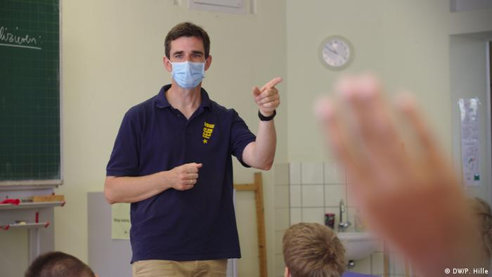 Stephan Grothe teaching in class (DW/P. Hille)