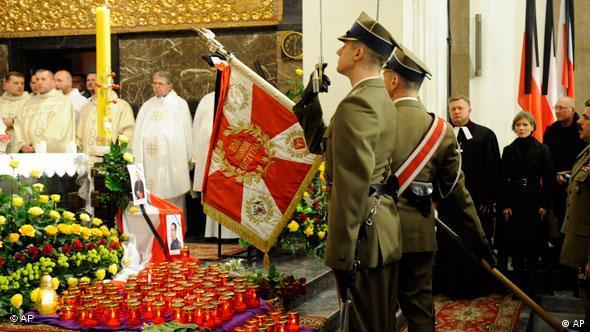 Poljski vojnici odaju počast poginulima