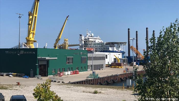 Sassnitz harbor with cranes and Russian ship (DW/L. von Hammerstein)