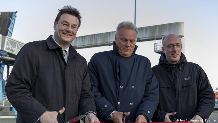 Frank Kracht and other dignitaries cutting the ribbon for the ferry port project (Imago Images/J. Koehler)