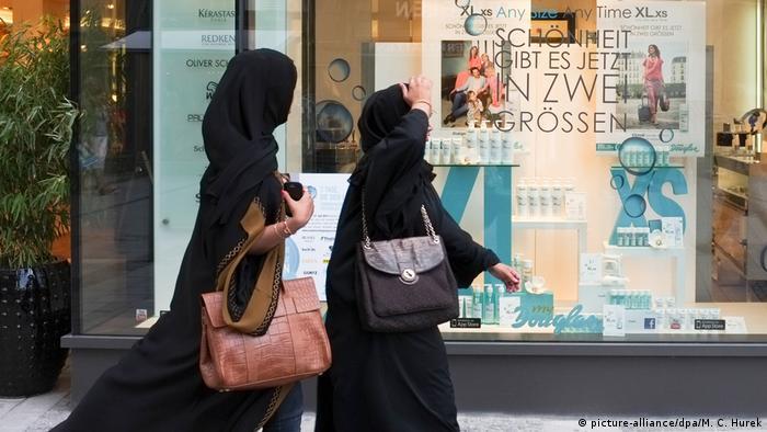 Turis Arab sedang berbelanja di München