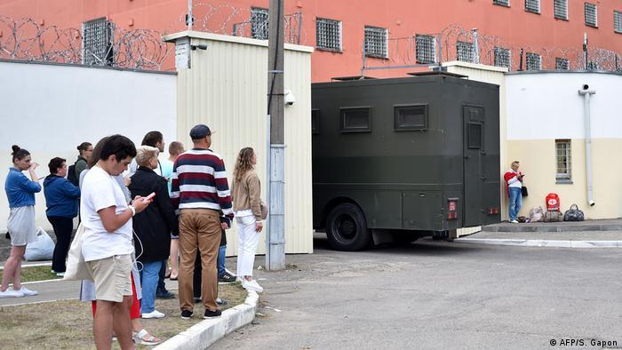 Автозак, въезжающий в ворота тюрьмы в Минске