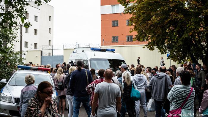 Задержанных в ходе протестов выпускают из ЦИП на Окрестина в Минске