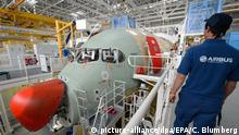 Airbus-Mitarbeiter vor einem im Bau befindlichen Airbus A350 im französischen Toulouse