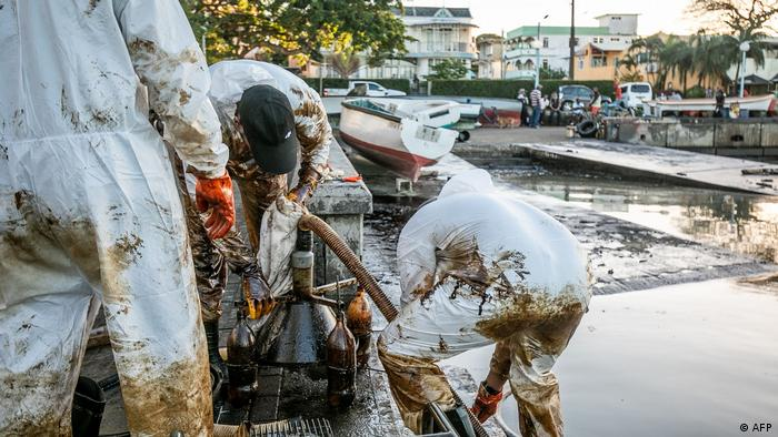 Fishermen cleaning up the oil spill in Mauritius