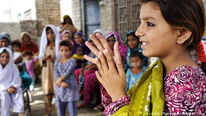 Symbolbilder | Laut UNICEF können Hunderte Millionen Kinder in Schulen nicht Händewaschen (picture-alliance/imageBROKER/F. Kopp)