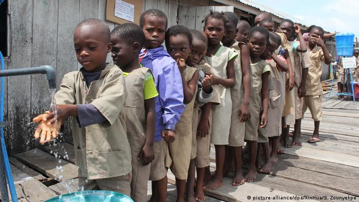 Symbolbilder | Laut UNICEF können Hunderte Millionen Kinder in Schulen nicht Händewaschen (picture-alliance/dpa/XinHua/S. Zounyekpe)