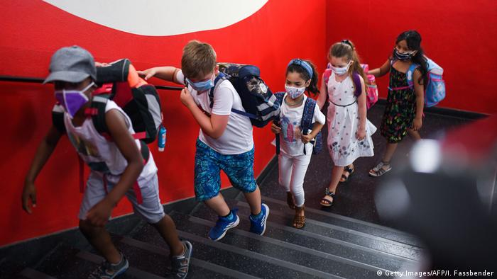 Students with face masks go upstairs to their classrooms at the Petri primary school in Dortmund (Getty Images/AFP/I. Fassbender)
