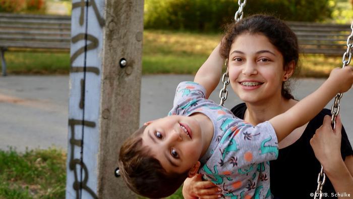 Dvoje djece na ljuljački