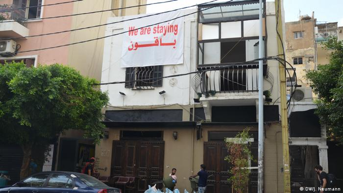 Sign on Beirut building, 'we are staying' (DW/J. Neumann)