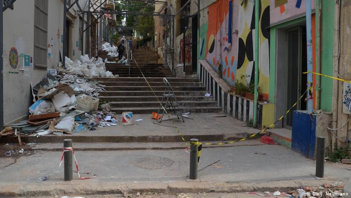 The St. Nicholas Stairs in the Gemmayzeh district with rubble after Beirut blast (DW/J. Neumann)