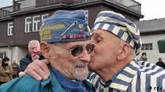 Befreier und Befreiter treffen sich nach 65 Jahren wieder: Clarence Brockmann (US-Vetran) und Viktor Savytskyi (Ukraine) vor dem Lagertor in Buchenwald bei Weimar (Foto: dpa)